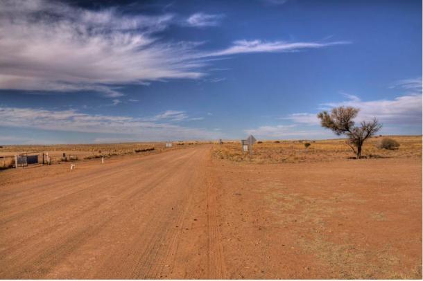 La route désolée de Marree, près de l'endroit où le célèbre géoglyphe connu sous le nom de «Marree Man» a été découvert.
