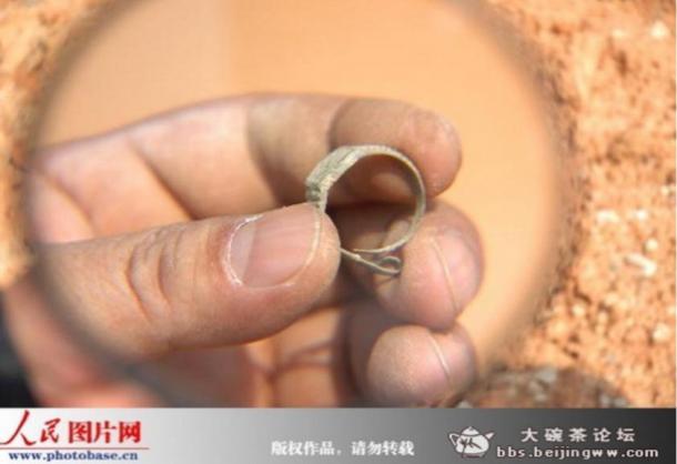 L'anello-watch enigmatica trovata in un 400-year-old tomba sigillata in Cina.  Da dove l'anello viene?  Come si è arrivati nella tomba?