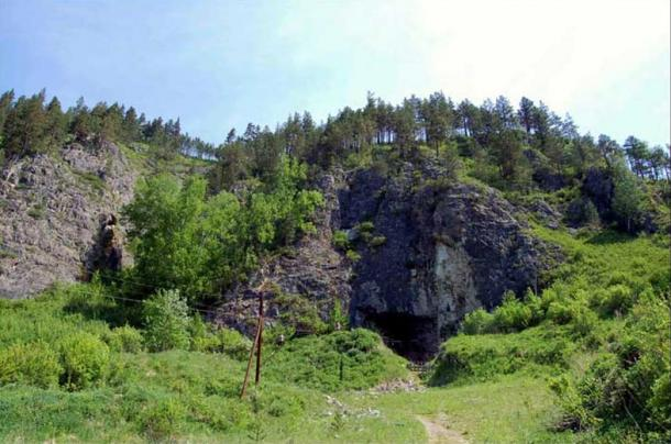 The entrance to the Denisova cave and the archaeological excavations inside.