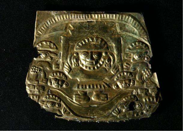 Il dio Naymlap sulla sua barca, targa d'oro, Chimu 1000-1450 dC.