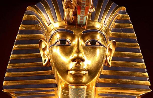 Particolare della iconica maschera d'oro del faraone Tutankhamon.