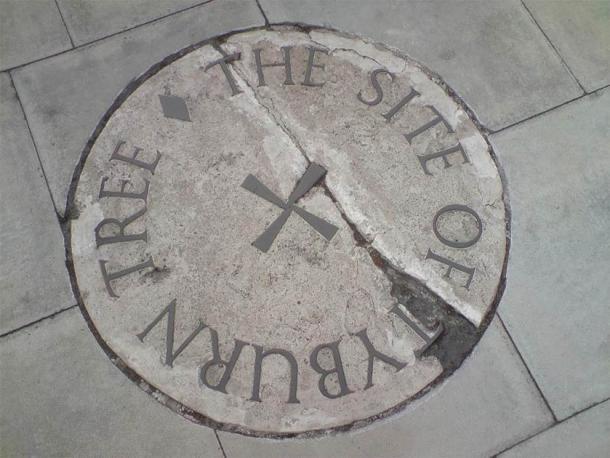 Камінь, присвячений пам'ятці Тіберн-Древа на транспортному острові на стику Еджвер-роуд та Мармурова арка.  (Публічний домен)