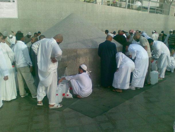 Pèlerins musulmans buvant de l'eau de Zamzam à leur arrivée dans la ville sainte de La Mecque.  (Yousefmadari / domaine public)