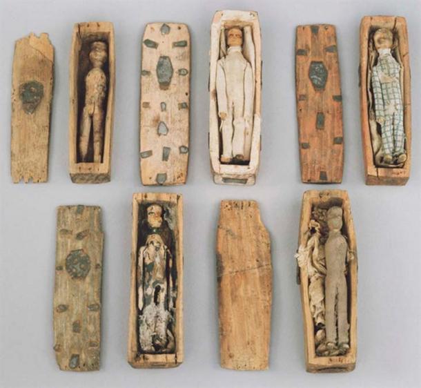 Cinq des cercueils miniatures.