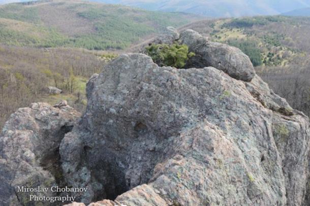 Il preistorico sacrificale sull'altare / osservatorio astronomico a Rocce santuario degli Eagles.  La roccia in cui si trova è stato nominato di Chobanov Roccia, del suo scopritore.