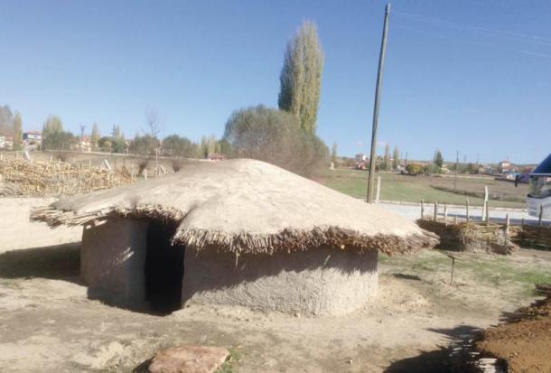 Ejemplo de las chozas de forma oval semi-subterráneas que se encuentran en Asikli Höyük, Turquía
