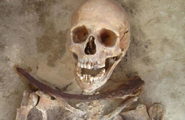 Des chercheurs examinent les tombes de vampires du 17e siècle en Pologne
