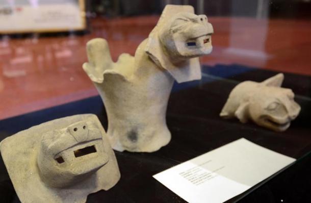 Algunos artefactos de piedra recuperados del templo bajo el agua en el lago Titicaca