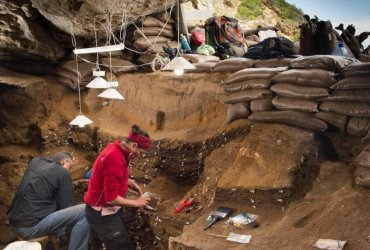 This image shows Blombos Cave, South Africa [Credit: University of Bergen] Read more at: http://archaeologynewsnetwork.blogspot.ca/2016/02/humans-evolved-by-sharing-technology.html#.VrTL9RgrJp- Follow us: @ArchaeoNewsNet on Twitter | groups/thearchaeologynewsnetwork/ on Facebook