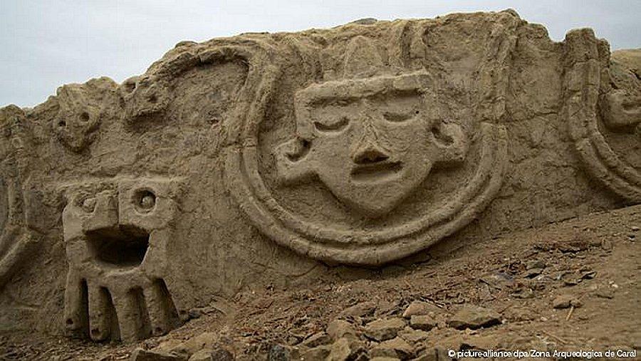 Une fresque murale de plus de 3 800 ans mise à jour au Pérou (vidéo) By Jack35 Caralrelioef11