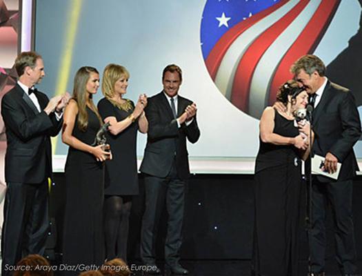 Harley recebe o prêmio ao lado da família (Araya Diaz/Getty Images Europe)