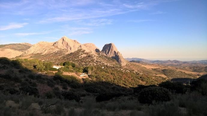 Bizarres Bergland rund um Alfarnate und Alfarnatejo - im Hintergrund die Costa del Sol