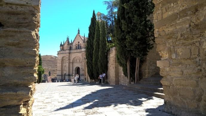 Blick durch den Arco de los Gigantes auf die Real Colegiata