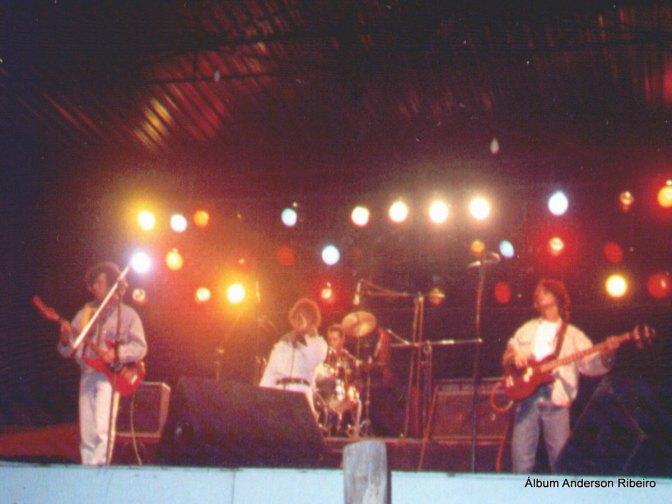 1990 - Tocando baixo com a Urbi Et Orbi na Feira da Paz de Contagem no terreno onde hoje é o Big Shopping