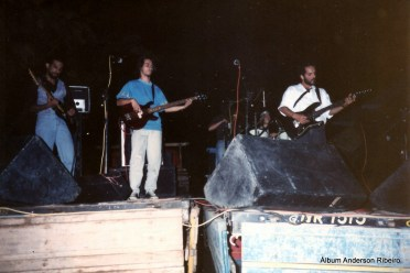 1991 - Urbi Et Orbi tocando sobre caminhões em frente ao bar Mamão no Novo Riacho em Contagem/MG