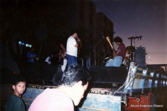 1991 - Ricardo Koctus (Patu Fu)com a banda Náuplio tocando sobre caminhões em frente ao bar Mamão no Novo Riacho em Contagem/MG