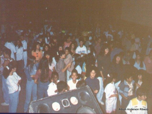 1991 - Público no show da Conexão em frente ao bar Mamão no Novo Riacho em Contagem/MG