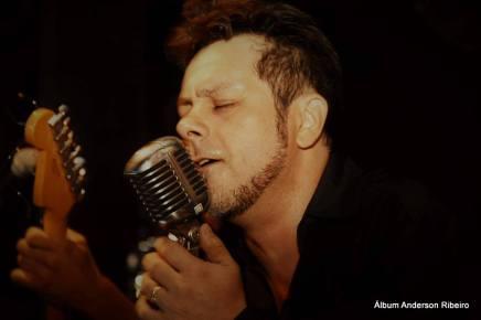 É de olhos fechados que eu canto