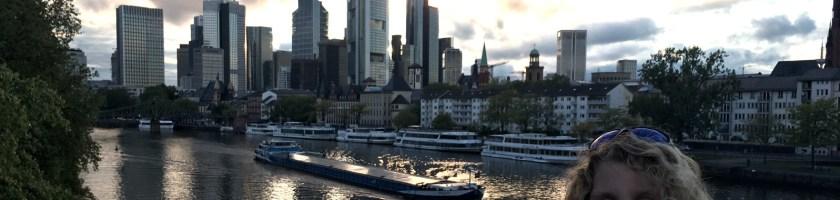 Lizzi vor den Frankfurter Hochhäusern