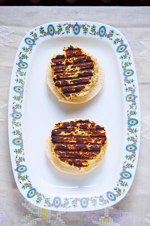 Burgeri de praz și pâine integrală cu sos tahini
