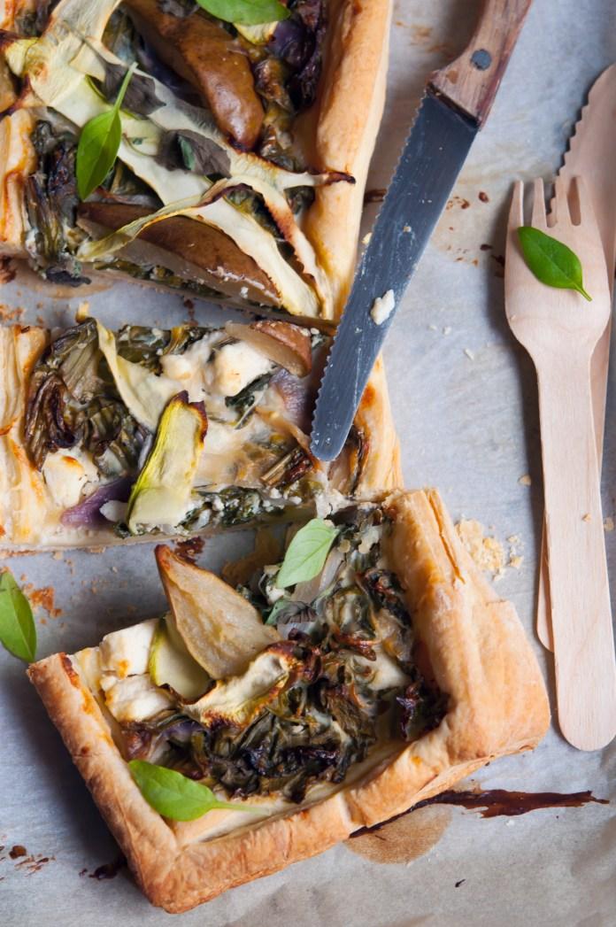Tarta cu kale, pere, branza de capra si plante aromatice