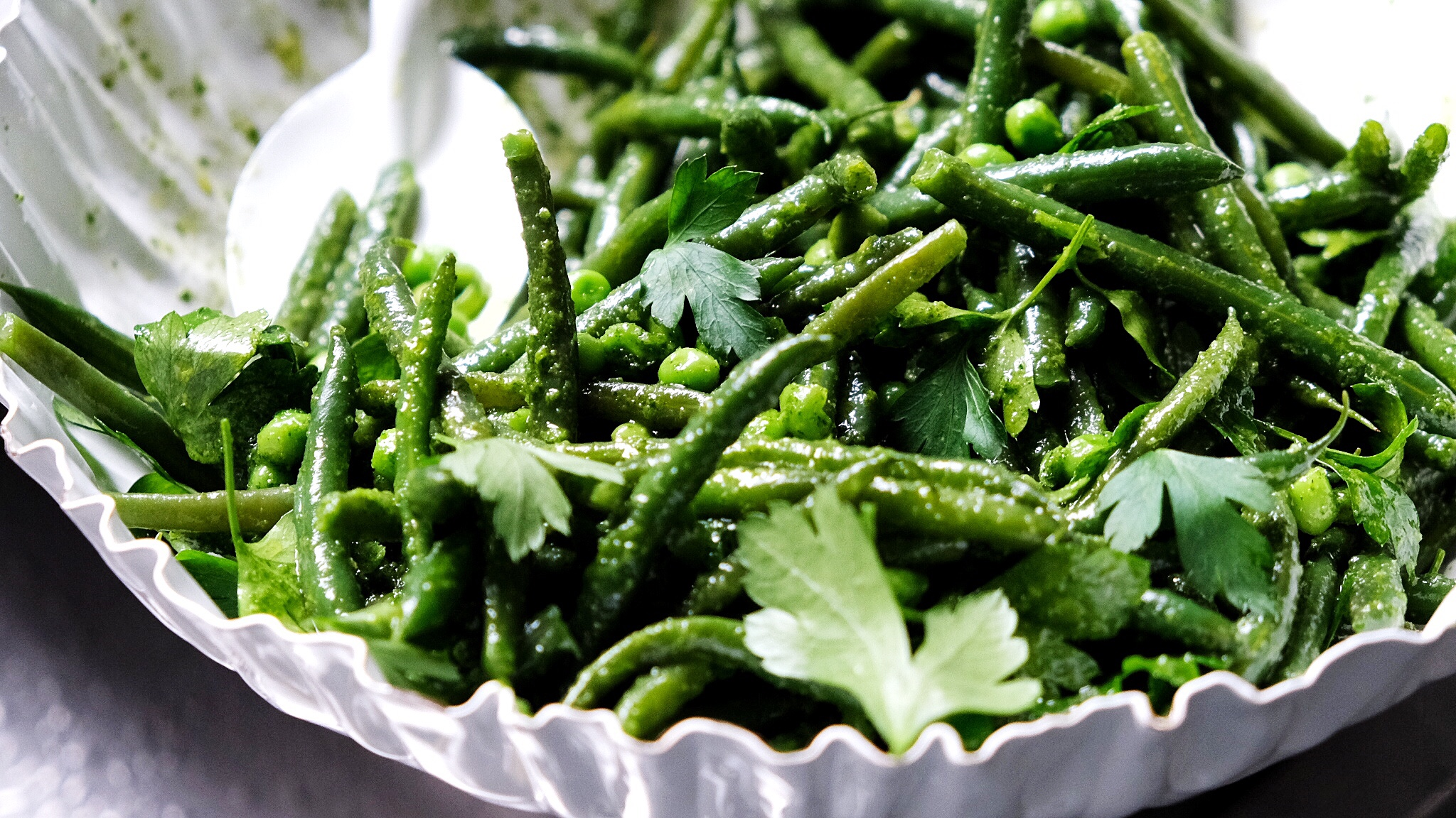 Salata de fasole verde crocanta cu salsa verde aromata
