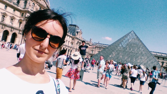 and out comes the girl Parigi Piramide del Louvre