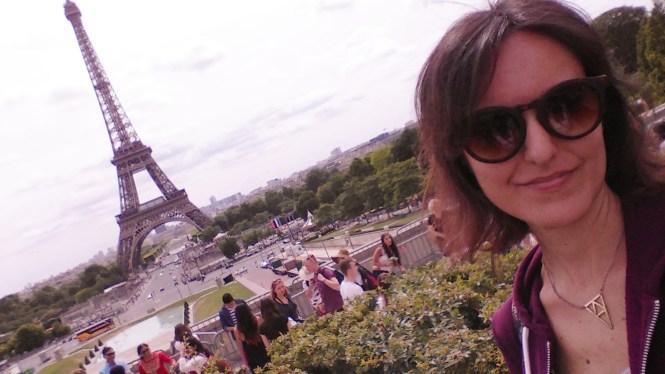 and out comes the girl Tour Eiffel Parigi