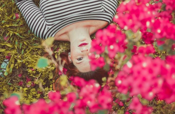 makeup inspo di primavera donna sdraiata in mezzo ai fiori