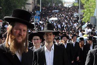 Ebrei bianchi razzisti protestano contro le scuole senza segregazione razziale