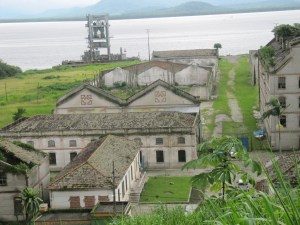 ruínas das indústrias Matarazzo, vista a partir do morro da Casa do Conde; cidade de Antonina (André de Meijer, 2015.03.16)