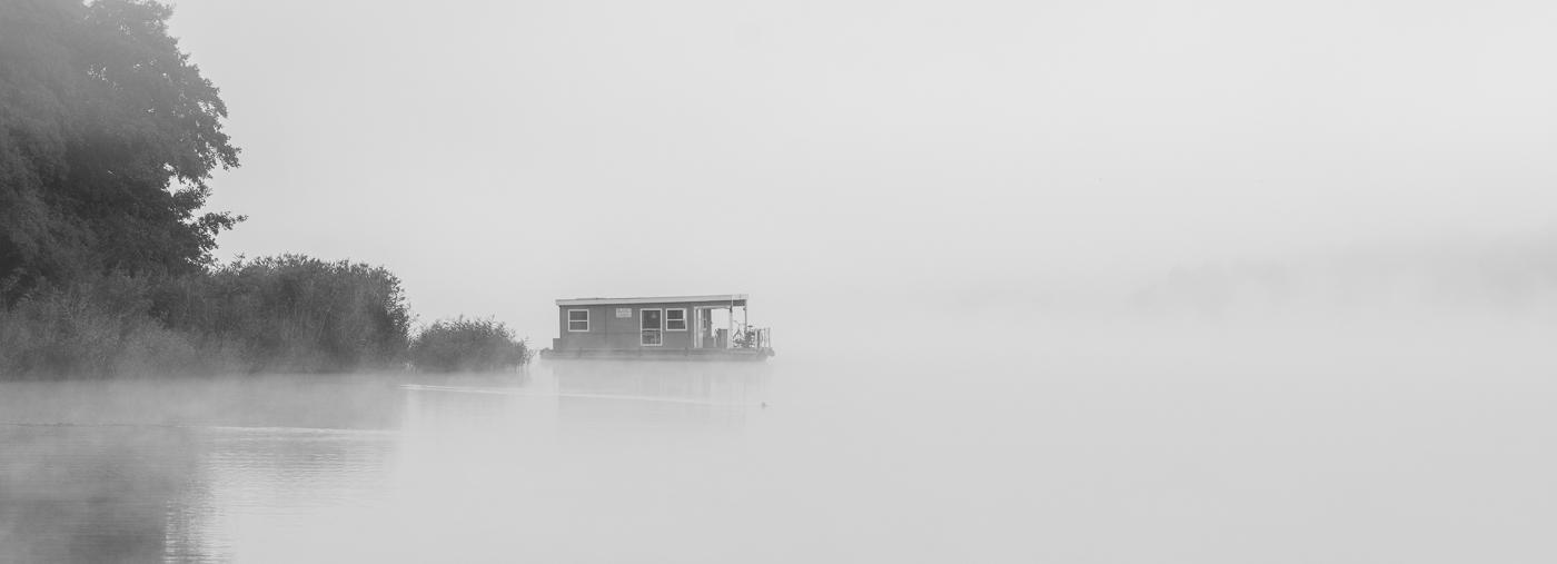 Bunbo Hausboot im Nebel