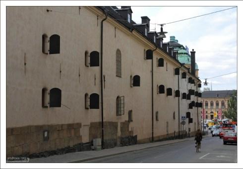 Железные ставни на окнах здания в центре города.