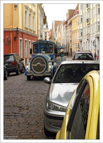 Туристический поезд в центре Старого города.