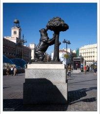 Бронзовый символ города - медведь и земляничное дерево на площади Puerta del Sol.