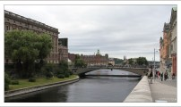 """Мост Riksbron (""""Национальный мост""""), ведущий на остров Хельгеа́ндсхольмен, где находится здание шведского парламента."""