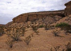 Холмы песчаника по сторонам грунтовой дороги River road.