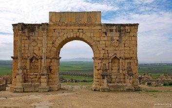 Триумфальная арка, высотой 8 метров (217-й год). Построена в честь императора Каракаллы и его матери Юлии Домны.