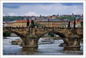 Карлов мост через Влтаву.