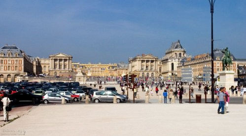 Автомобильная парковка перед дворцом в Версале.