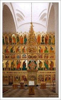 Пятиярусный иконостас в Спасо-Преображенском соборе монастыря.