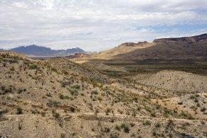 Грунтовая дорога River road и горы Talley Mountain на горизонте.