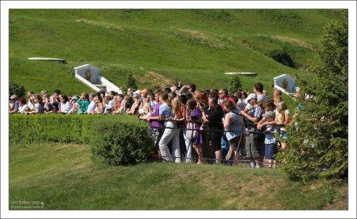 Толпа туристов в Петергофском парке фонтанов.