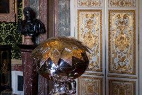 Выставка современного искусства во дворце.