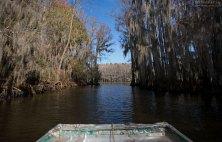 Плоскодонка в узком протоке, ведущем к озеру.