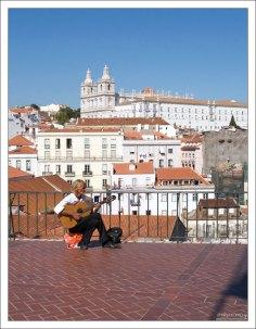 Музыкант на смотровой площадке Portas do Sol. Давно тут сидит :)