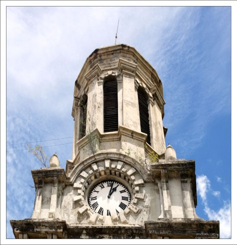 Одна из двух башен собора St. John's Cathedral, высотой 21 метр.