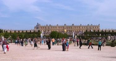 Туристы наводнили парк перед запуском фонтанов.