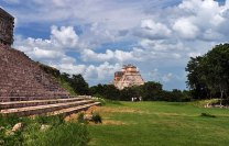 В центре древнего города индейцев Майя - Ушмаля (Uxmal, 700 г. н.э.).