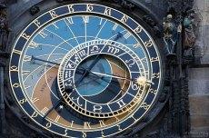 Верхний циферблат служит для определения времени и является своеобразной моделью космоса. Часы Орлой.